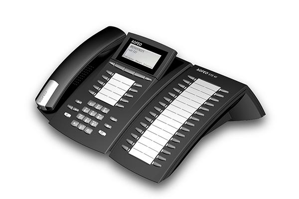 STE 40, Produktdesign-Studie von Constin, Rendering aus SolidWorks: schwarzes Telefon mit silbernen Akzenten, einem Tastenblock und schrägangestelltem Display. Hörer liegt links auf. rechts mit einem Erweiterungsblock für Adressen.