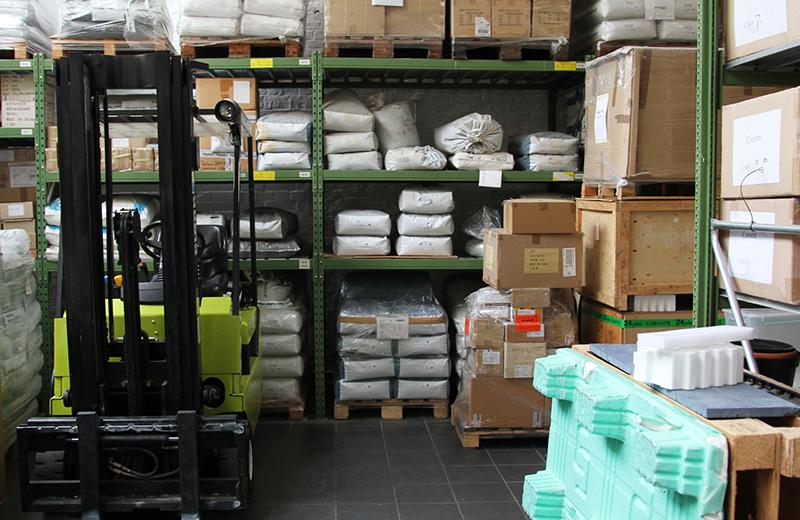 Production Leistungen: Logistik, Blich in ein großen Lagerraum bei Constin