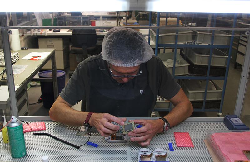 Production Leistungen: Die Constin GmbH bewerkstelligt hochkomplexe Montagen.