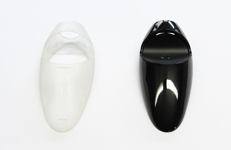 Prototyping Leistungen: ein mattlackiertes und ein hochglanzlackiertes Kunststoffgehäuseteil
