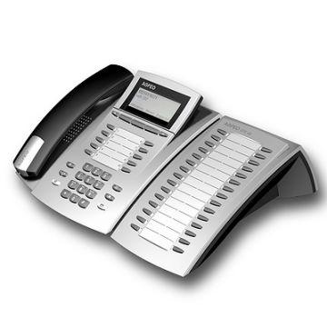 STE 40, Produktdesign-Studie von Constin, Rendering aus SolidWorks: silbernes Telefon mit schwarzen Akzenten, einem Tastenblock und schrägangestelltem Display. ein schwarzerHörer liegt links auf. rechts mit einem Erweiterungsblock für Adressen.
