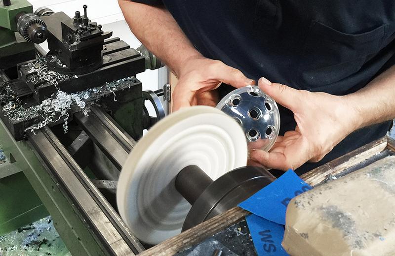 Prototyping Leistungen: zu sehen ist das Polieren an einer Poliermaschine bei Constin