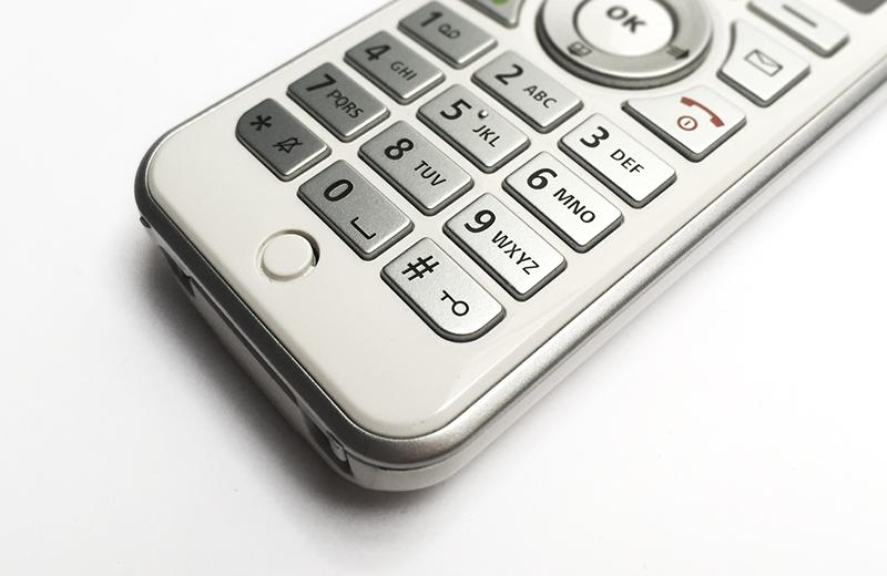 Prototyping Leistungen: das Kunststoffgehäuse eines Telefons mit Gravuren
