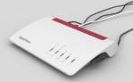 FRITZ!Box 7590, Produktdesign, Konstruktion, Prototypenbau (3D-Druck + Vakuumguss) von Constin, hier ein fotorealistisches Rendering aus SolidWorks des weißen wellenförmigen Kunststoffgehäuses mit rotem Einsatz für Lüftungsschlitze mit Kabeln