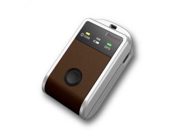 Tracker, Kunststoffgehäuse = Constin design + innovation, Produktdesign + Konstruktion + Rapid Prototyping 3D-Druck MJM / FDM, Hier ein Rendering aus SolidWorks, das einen rechteckigen braunen Gegenstand mit einem schwarzen zentralen Knopf zeigt
