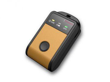 Tracker, Kunststoffgehäuse = Constin design + innovation, Produktdesign + Konstruktion + Rapid Prototyping 3D-Druck MJM / FDM, Hier ein Rendering aus SolidWorks, das einen rechteckigen beigen Gegenstand mit einem schwarzen zentralen Knopf zeigt