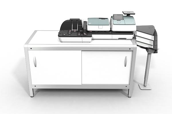 Aktive Rampe für PostBase 100: Produktdesign und Designstudie in SolidWorks von Constin. hier die Rampe integriert in die kleine PostBase auf einem weißen Unterschrank,Farbvariante 02, frontal